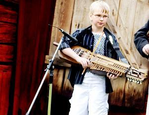 UNG TALANG. Petrus Dillner, 12 år, är en talangfull spelman från Marma. I våras fick han ta emot ungdomens kulturpris i Älvkarleby och på söndag spelar han i kyrkan under Byss-Callestämman i Älvkarleby.