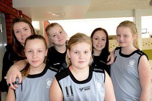 Gillar basket. Alicia Engbom, Hanna Säfström Andersen och Filippa Ivarsson har spelat basket i fyra år snart. De rekommenderar Ellen Lundstedt, Jennifer Salonen och Tilde Tråvén, som nyligen har börjat, att fortsätta spela.
