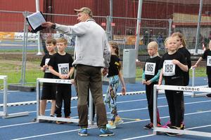 Och så springer ni hela vägen ända in i mål! Elever i Hagaström 3 B får instruktioner inför 60-metersloppet.