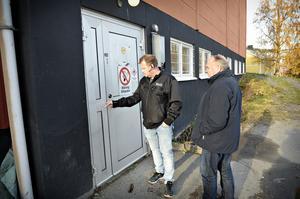 Här har man använt tillhygge av något slag för att bryta sig in genom dörren till källaren. Göran Hägglund och Tommy Laurell.