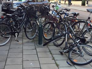Ett godkänt cykellås är viktigt att ha för att slippa bli bestulen. Att låsa fast cykeln i ett fast föremål som ett cykelställ gör det dessutom krångligare för tjuven att få med sig cykeln.