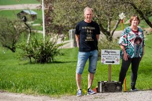 Pilgrimsvandrare från hela världen stannar till för ett gästvänligt servicestopp på Sigrid och Tommy Nordvalls veranda i Gisselåsen.