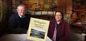 Svenolof Johansson och Sonia Westman är två av de hembygdsforskare som ägnat åratal åt boken om Sörbygden.