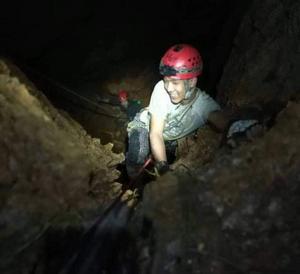 En av bergsklättrarna inuti berget. Foto: Hot Rock Climbing School