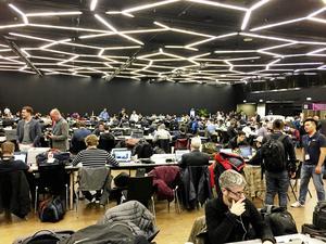 1200 journalister från hela världen bevakar bilsalongen i Genève. Men till presscentret kommer inga bildirektörer.