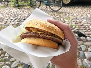 Vid Torggrillen finns varken bord eller pommes frites - perfekt om du vill äta hamburgaren på vägen.