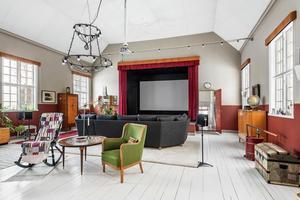 Detta tidigare missionshus i Landa, Stora Skedvi, har wow-känsla i vardagsrummet. Huset var det sjätte mest klickade dalaobjektet på Hemnet under förra veckan. Foto: Patrik Persson
