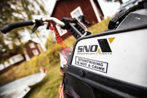 Innan Oscar Nordström trixade med skotrar körde han och hans vänner mopeder och filmade, och la ut på Youtube. Många tittade på deras stunt.