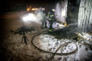 En skoterbrand spred sig till en ladugård i Torvalla By.