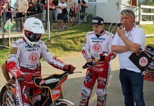 Max Fricke ska ut i ett heat, bredvid står Robert Lambert och Mikael Teurnberg.