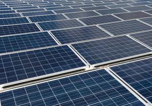 Centern i Västerås vill göra det billigare att installera solpaneler. Foto: Fredrik Sandberg/TT