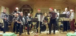 Orsa dragspelsklubb såg till att julstämningen var på topp. Foto: Karin Olmås-Hållén