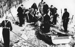 Dykaren Arne Nykvist dyker efter en försvunnen pojke i Svartån i mars 1963. Fotograf: Okänd