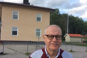 –Det känns bedrövligt att stå framför den nu nerlagda Ramshyttans skola säger Kjell Söderberg.