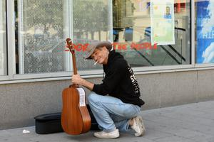 Doug livnärde sig tidigare som gatumusikant. i Nashville. Här är en bild från när han testar livet som gatumusikant i Stockholm. Bild: Maja Suslin / TT