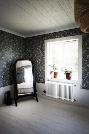 Spegeln är ifrån Mollys föräldrahem, den hängde i badrummet i handelsträdgården som hennes farfar och pappa ägde ihop.