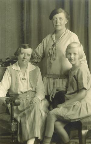 Fotograf okänd.                                                                                                                                                Helena Runström stående, syster Anna och Ulla sittande.