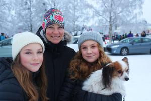 Alice Edlund, Agneta Paulsson och Nova Edlund och hunden Nalle besökte tomtehoppet för fösrta gången, men utan att få ta del av det.  – Det känns ju lite sådär, säger Agneta Paulsson.