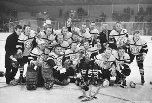 ÖSK startade en hockeysektion i slutet av 1950-talet. Här är ÖSK-laget 1965. Foto: Specialfoto Rolf Carlsson (Bildkälla: Örebro stadsarkiv)