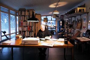 Torbjörn Lenskog hemma i Bruno Mathsson-huset i Kungsör 2002. Arkivfoto: Kenneth Eneroth