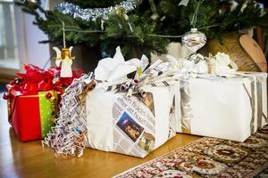 Paketinslagning på tre teman: Det klassiska röda paketet, det återbrukade paketet och det vita bröllopspaketet eller nyårspresenten om man så vill.