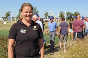 Anna Linell från Hushållningssällskapet berättar att det roligaste med mässan är att få knyta kontakter med lantbrukare och sprida information.