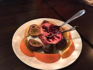 Till efterrätt kommer det in granatäpple, passionsfrukt och apelsin. Det är en fräsch avslutning på middagen. Äpplet har perfekt balans  mellan sötma och surhet.