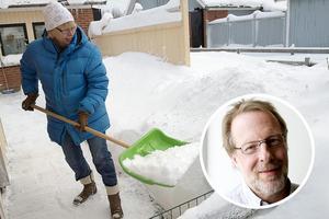 Snöskottning kan orsaka allt från hjärtinfarkt till ryggskott, varnar chefläkare Börje Svensson. Foto:Bertil Enevåg Ericson/Scanpix, Annakarin Björnström