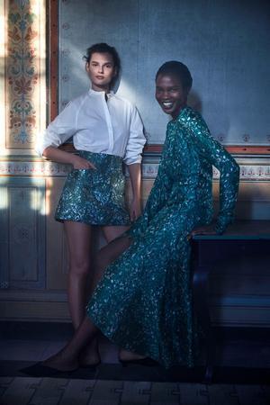 Foto: Mikael Jansson för H&M. Här är det modellerna Giedrė Dukauskaitė & Aamito Lagum som visar kläderna.