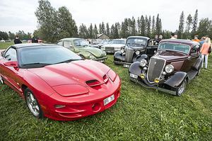 Till vänster i bild en Pontiac Trans Am  från 2002 bakom den står enVW 1303 S från 1974 och till höger i bild  en Chevrolet  Master Deluxe från 1938  och Kjell-Åke Berglins Ford sedan delux från 1934