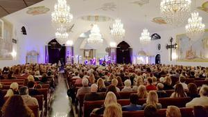 Förra året tog de 1200 gratisbiljetterna till Fastighetsbyråns julkonsert i S:t Jacobs syrisk-ortodoxa kyrka i Hovsjö slut. Shirley Clamp och Johan Stengård stod för underhållningen då, den här gången är det Robert Wells tur.