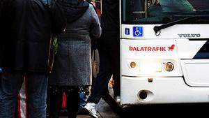 Ynglingen ska ha försöka attackera en polis på en buss i centrala Falun.