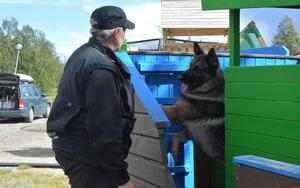 Susanne Olsson från hemvärnet i Sundsvall tillsammans med sin patrullhund Dio.