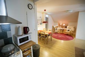 I sällskapsrummet och pentryt kan gästerna umgås och äta kvällsmat.