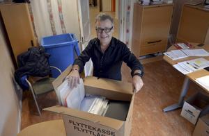 Skoldirektören Lars Karlstrand packar upp sina saker på kontoret.