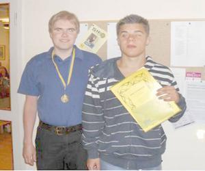 Johan Brolén till vänster med guldmedaljen och Zebastian Modin med stipendiet.