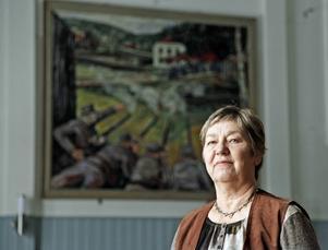 Cathrine  Widerström framför en av sevärdheterna i Folkets hus – Albin Amelins klassiska målning av Ådalen 31.
