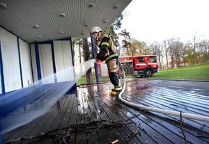 Brinnande och glödande pinnar och kvistar låg på scengolvet när brandkåren kom fram.