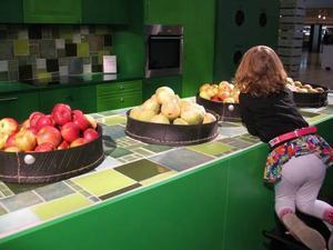 På entrétorget fanns utställningen Återbruk som inredaren Daniel Bergman gjort. Äpplena lockade både stora och små.