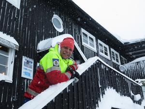 Rickard Svedjesten utanför Bydalens Wärdshus är nöjd med snön. – Nu är säsongen tryggad, säger han.