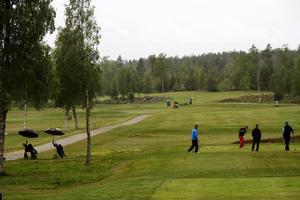 Trots den regniga inledningen på sommaren är Sörfjärdens golfbana välbesökt.