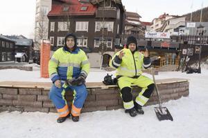Sardar Amandi Mohammad och Abukar Hagri Ali i en paus på jobbet på Åre torg.