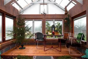 Växthuset är inrett och kan användas som uterum. Foto: Johan Blomquist, Bostadsfotograferna