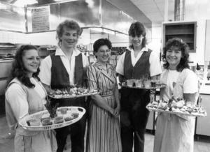 Helene Jacobsson, Kalle Norrbelius, läraren Gunvor Frank, Kjelle Karlsson och Berit Einarsson på invigningen av livsmedeltekniska linjens nya restaurang 1986.