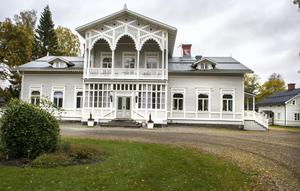 Lögdö herrgård är cirka 500 kvadratmeter stor och ligger vackert vid Ljustorpsån.