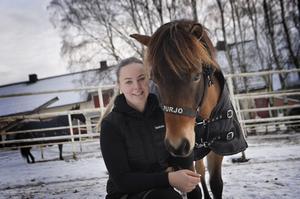 Melinda Landin och ponnyn Purjo.