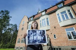 Arkitekt Ida Westergren framför sanatoriet med en hundraårig bild på  byggnaden framför sig.