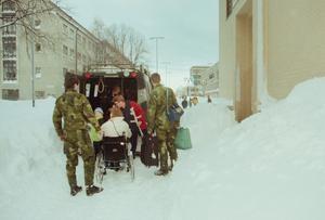 Militärfordon hjälpte till med transporter.