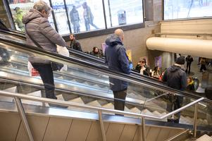 Socialdistansering i rulltrappan på T-centralen i Stockholm. Foto: Henrik Montgomery/TT