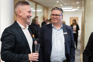 Kontorschefen Ralph Pihlqvist och fastighetsmäklaren Jarmo Mokko i samspråk under invigningen.